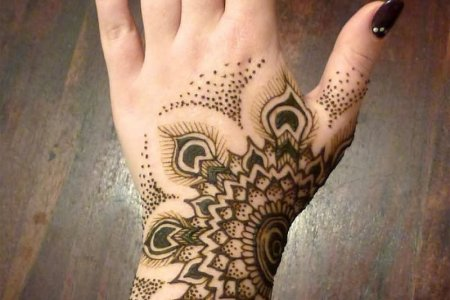 henna tattoo on girl left hand