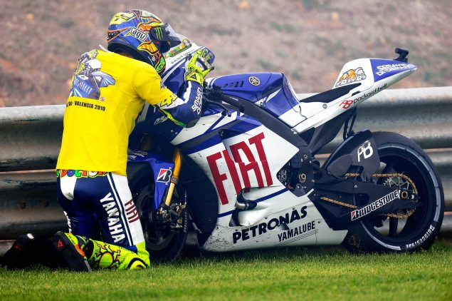 Goodbye. Rossi goodbye kiss Yamaha YZR M1 635x422