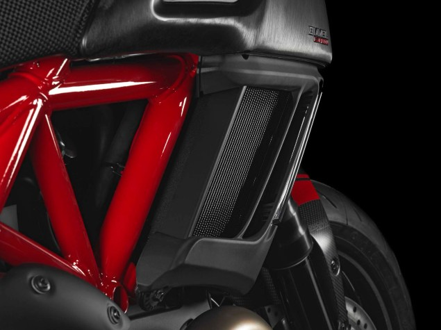 2014-Ducati-Diavel-Carbon-29