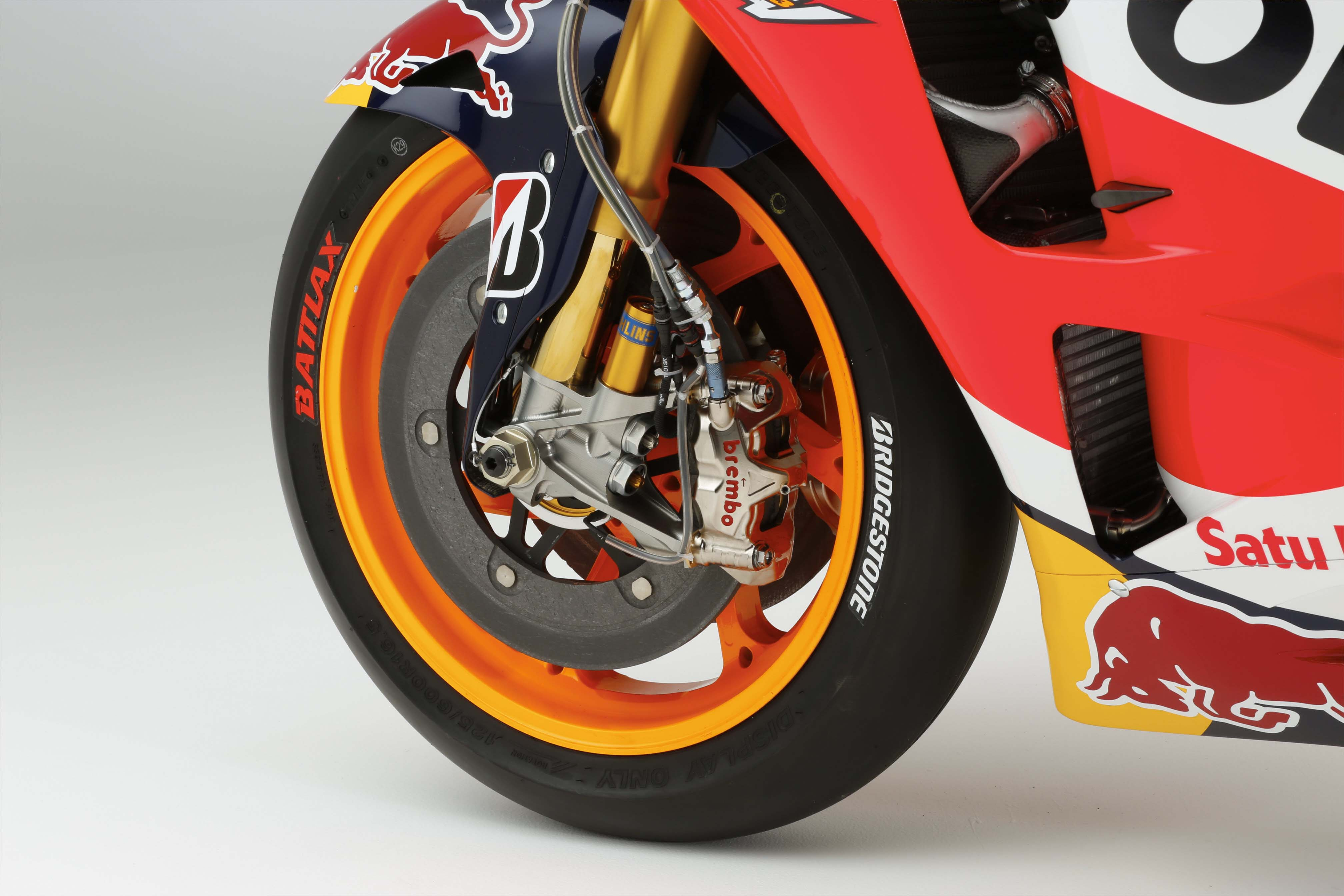 Si tu as un CBR repsol 2015-Honda-RC213V-Marc-Marquez-HRC-huge-08