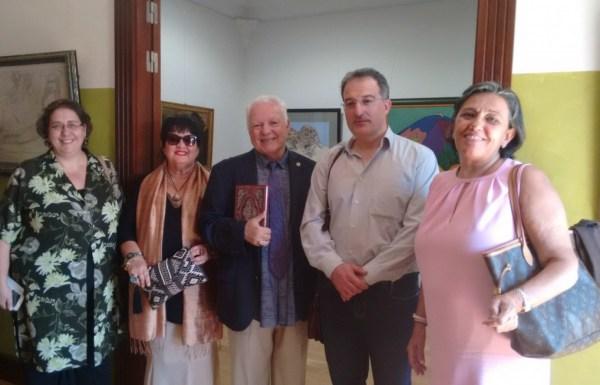 El crítico de arte (en el centro junto a su mujer) presenta las obras de su legado donadas el Ayuntamiento de Astorga y a la ciudad. / CCU