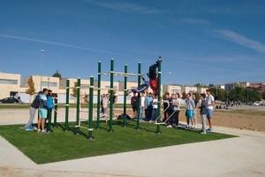 Alumnos del IES Astorga inauguran la estructura deportiva de calistenia en el Paseo General Martínez Cabrera. / CCU