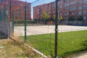La alambrada del parque sobre la avenida Gaspar Becerra fue violentado pocos días después de que hubiera sido instalado. / CCU