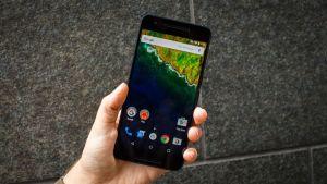 hand holdinh Nxus 6p smartphone