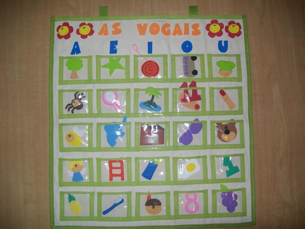 Paineis para colocar os objetos com as vogais certas