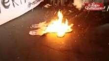 Cortei scuola, a Torino studenti bruciano manichini con facce di Renzi e Giannini