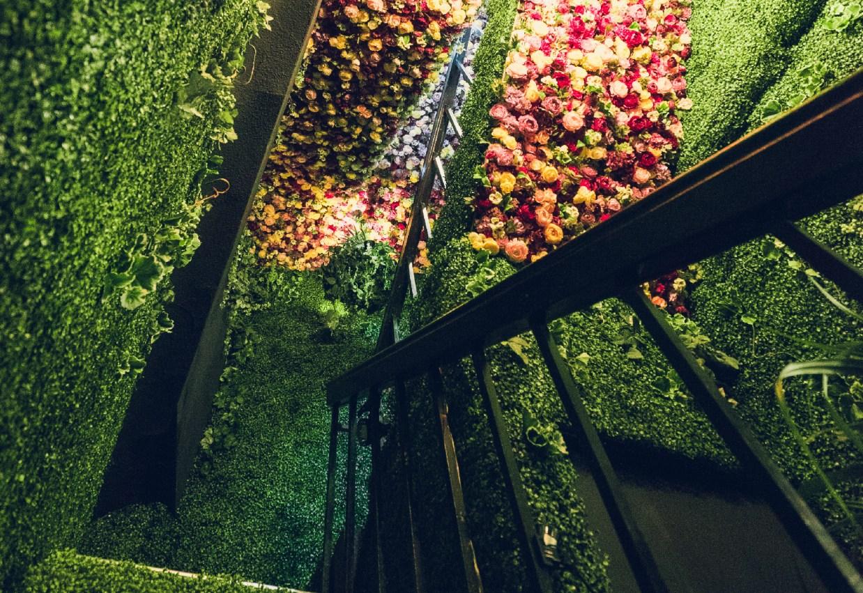 店内の階段には造花が敷き詰められた空間が