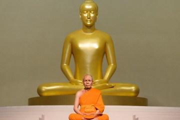la statue d'un moine mort il y a 70 ans