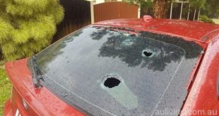 有汽车的玻璃被冰雹打穿。(网络图片)