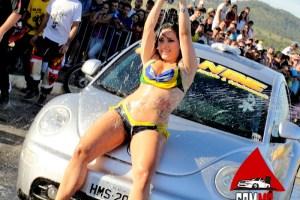 garota_tantao_carro_new_beetle