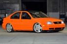 VW Bora laranja envelopado aro 20 Orbital rebaixado e som automotivo
