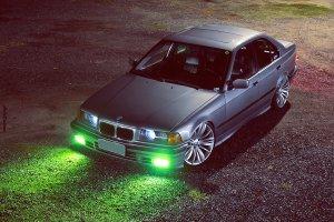 BMW 325i 1993 com rodas 19 da M5 e suspensão rebaixada