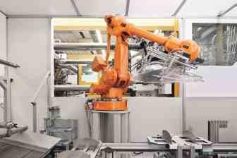 Eine_Maschine_produziert_Kunststoffabschlussscheiben