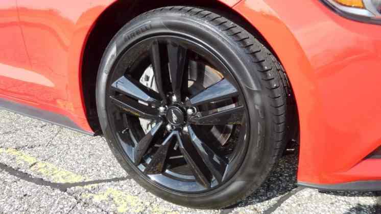 Rodas com acabamento em preto brilhante