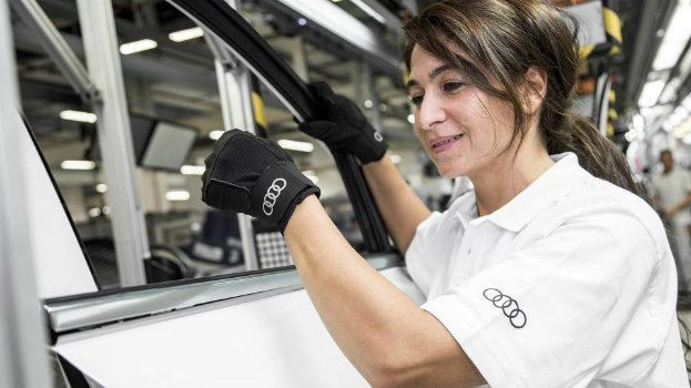 news-2015-audi-medical-gloves-in-production