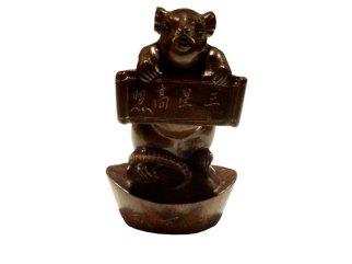 Netsuké rat avec un parchemin, debout sur un lingot d'or