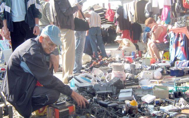 Mulţi comercianţi la piaţa de vechituri