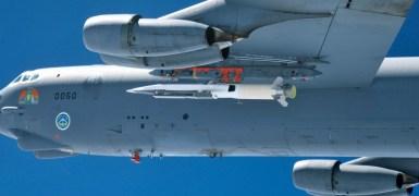 X-51A Waverider montado sob a asa de um B-52. Imagem: USAF.