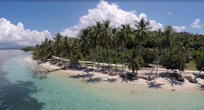 salah satu obyek wisata alam yang terletak di polewali mandar provinsi sulawesi barat adalah pantai palippis dikenal dengan keindahan