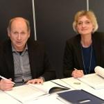 Wethouder Hans Brekelmans van Waalwijk en Baanbrekersdirecteur Marion van Limpt ondertekenden het contract voor de schoonmaak van het gemeentehuis van Waalwijk. Foto: Jan Stads/Pix4Profs.