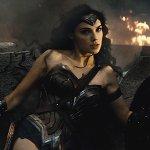Batman V Superman, Zack Snyder parla della battuta su Wonder Woman nell'ultimo trailer