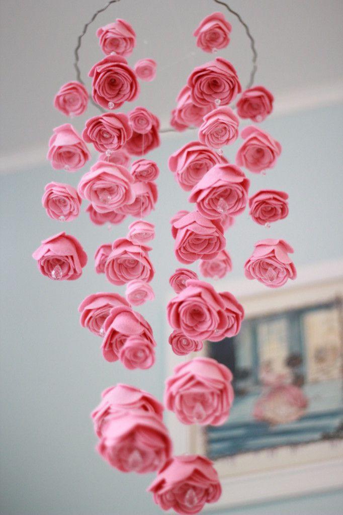 quarto bebe tema jardim:Me apaixonei pela delicadeza deste móbile de rosas de feltro com