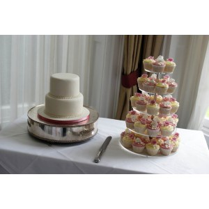 Splendent Cupcake Tower Three Tier Cupcake Wedding Cake Wedding Cakes Cupcake Wedding Cake Prices Uk Cupcake Wedding Cake Red Tier Wedding Cake