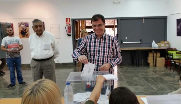 Joan Maria Molins, candidat pel PP ha exercit el seu dret a vot al col·legi de la Plaça Mercadal (autor: M.Àngel Daviu)
