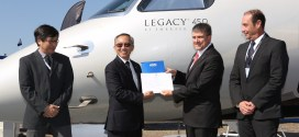 Marco Túlio Pellegrini, President & CEO da Embraer Executive Jets receives Legacy 450's type certification from Dino Ishikura, ANAC's Airworthiness Superintendent.