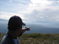 Gids wijst waar bij de equinox de zon opkomt (berg Cayambe)