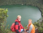 Eelco en Bas bovenop de rand van Laguna de Guatavita