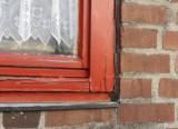 Altes Fenster mit Holzrahmen in Mauerwerk