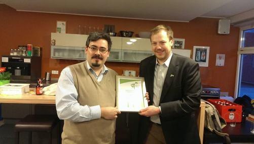 Gabriel Kunze (l.) bekommt von Tom Frings (r.) das silberne Ehrenkreuz verliehen