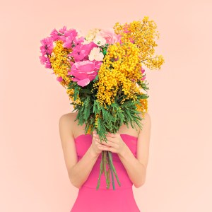 mulher flores shutterstock_252173086