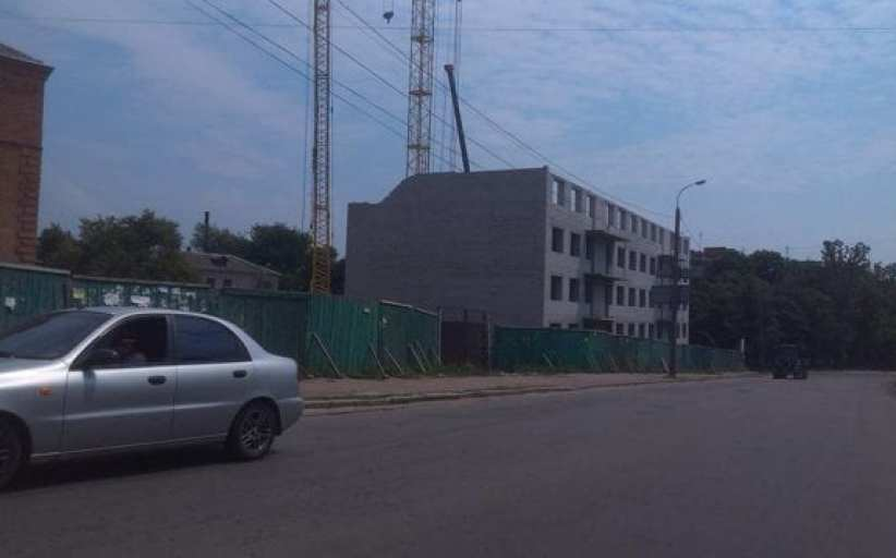 Недостроенный дом в Бердичеве дал… трещину. ФОТО