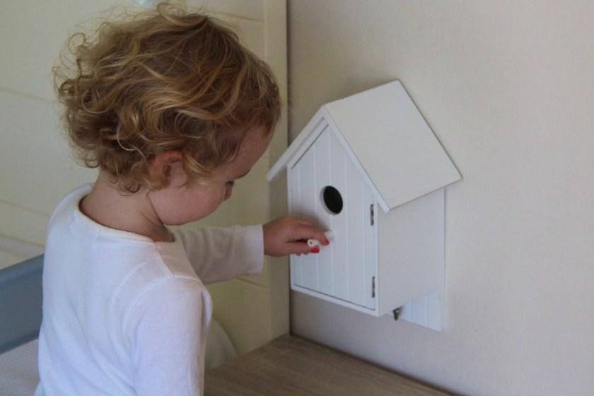 Kind 2.0 nutzt das Vogelhäuschen als Versteck für Schätze.