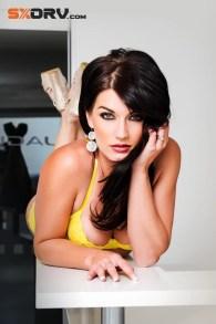 Noble M400 e a beleza da sensual Nikki Du Plessis