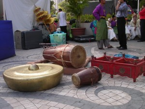Gongs, drums and props