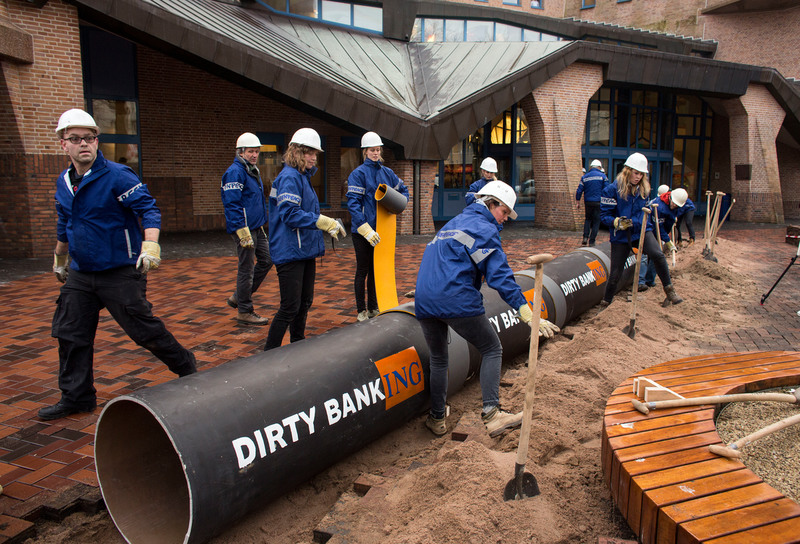 Greenpeace activists started digging a 20 meter long oil pipeline into the ground and into the ING headquarters in Amsterdam.