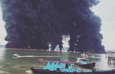 Thick plumes of smoke rise from fire at the sea near Balikpapan, Indonesia March 31, 2018 in this still image obtained from a video by social media. Instagram @Iieebarbie/via REUTERS THIS IMAGE HAS BEEN SUPPLIED BY A THIRD PARTY. MANDATORY CREDIT. NO RESALES. NO ARCHIVES - RC1C3822FB70