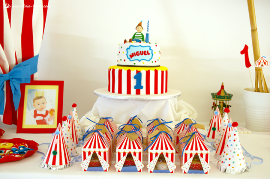 circus party snack boxes and cake
