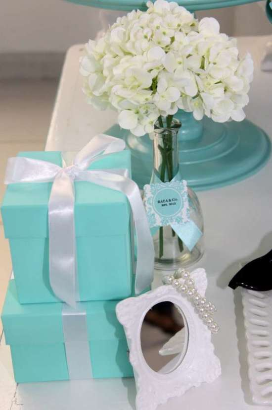 breakfast-at-tiffanys-birthday-party tiffany blue favor boxes