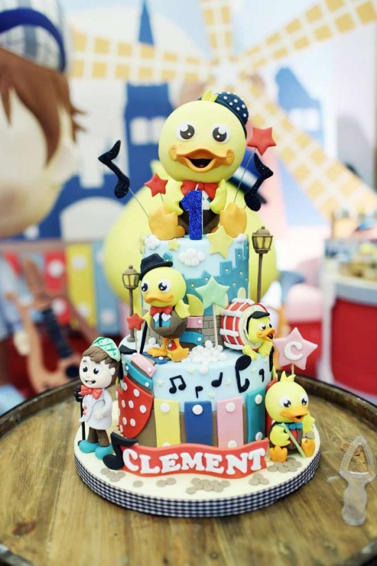 Singing-And-Dancing-With-Ducks-Birthday-Cake