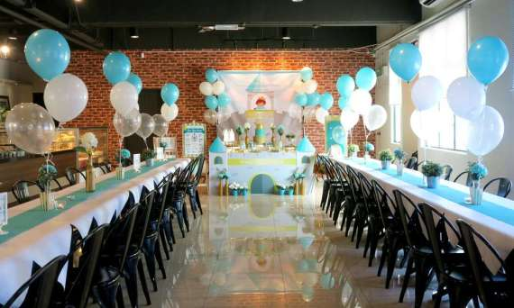 Royal-Tiffany-Inspired-Blue-And-Gold-Birthday-Guest-Seating