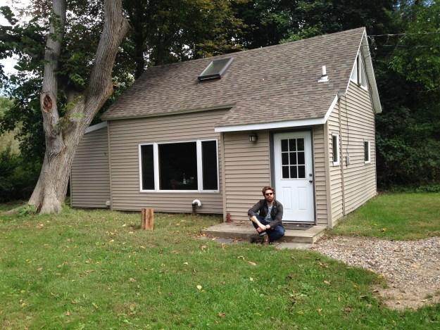 Ég fyrir utan kotið okkar í Stony Brook, Long Island