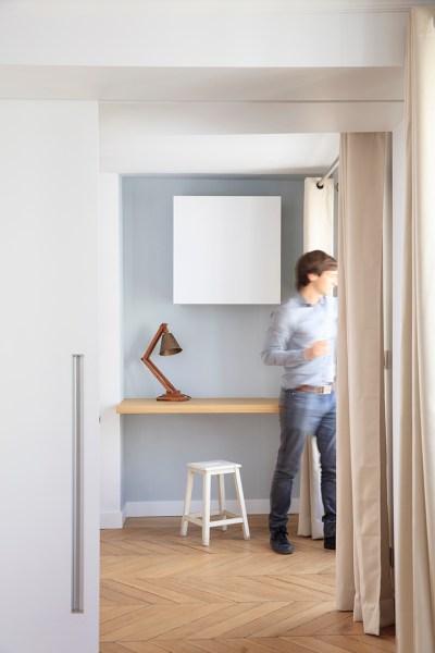 Bureau avec range-classeur minimaliste.