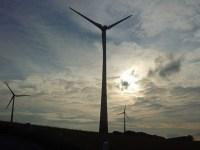 Drei der sieben Windkraftanlagen, die bereits in Arnsberg-Holzen und im benachbarten Sundern-Hövel stehen. Sieben weitere - und mit 200 Metern noch höhere - Anlagen sollen jetzt hinzukommen. (Foto: oe)