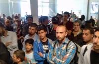Flüchtlinge im BAMF vor der Tür der Antragsaufnahme. (Foto: Stadt Sundern)