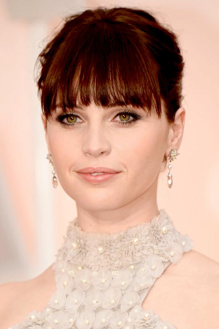 A atriz Felicity Jones fez um make inteiro neutro para ressaltar os olhos verdes.