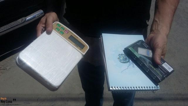 Balanças de precisão e caderno com contabilidade da droga foram apreendidos
